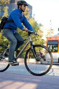 człowiek, jadący na rowerze